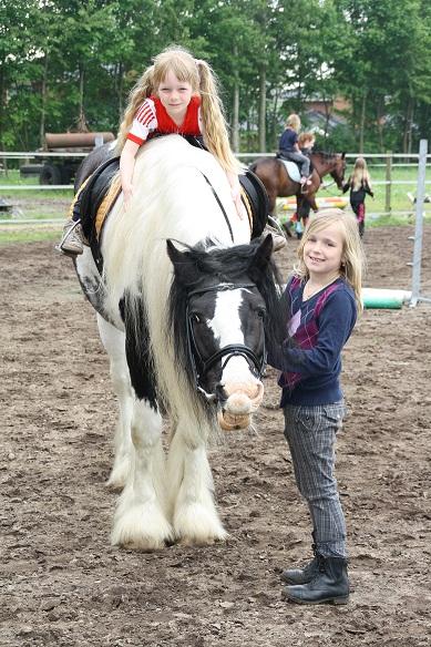 paard-ponyrijden-kain_-lachen-naar-het-vogeltje